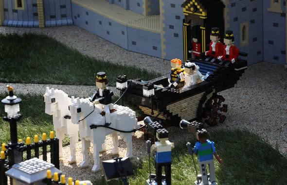 """图为一辆用1500块积木拼成的皇家马车,和2匹各以200块积木拼成的马,展现""""哈里王子大婚""""马车巡游。"""