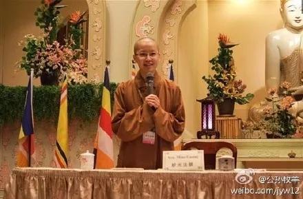 她语音正宗,翻译精准易懂,佛学典故信手拈来,而且全程不记笔记,让人拜服。