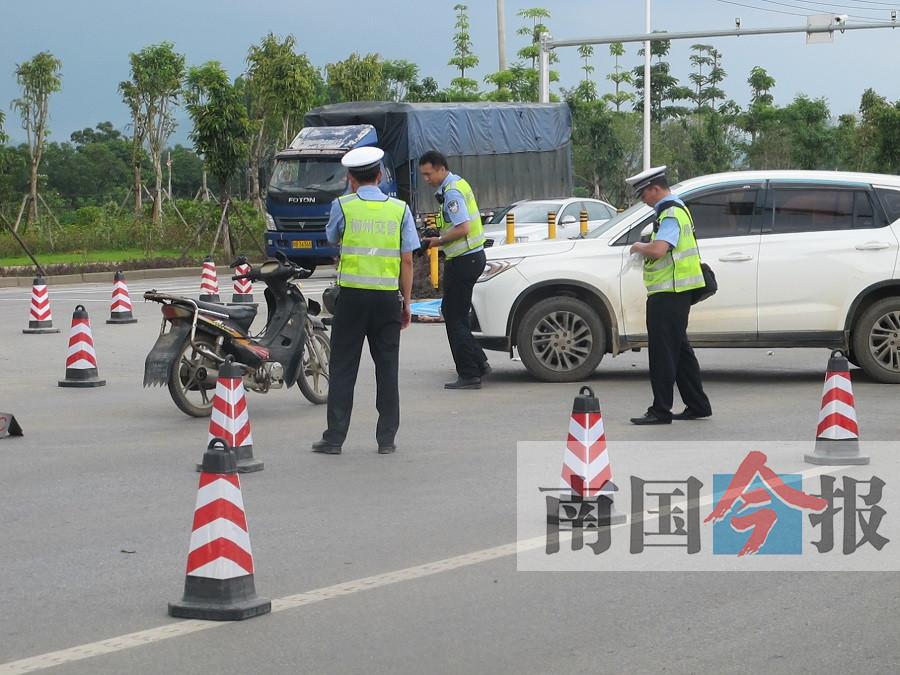 摩托车疑似避让小车失控倒地 车手摔出十米远殒命