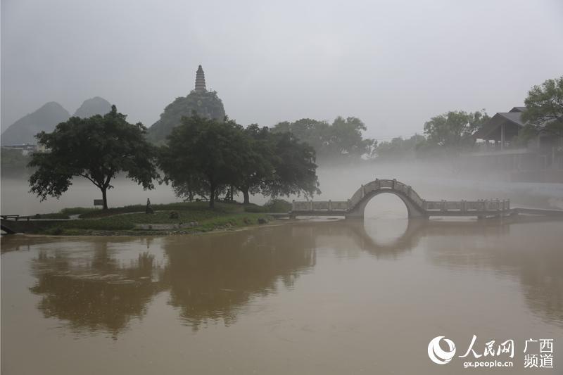 """水雾缭绕的""""烟雨漓江""""美景"""