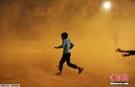 印度再遇沙尘暴 大风沙尘暴雨结伴袭来