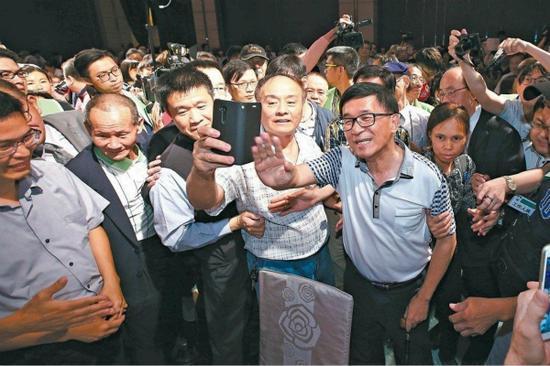 """陈水扁此前出席活动被讽如""""巨星""""。(来源:台媒资料图)"""