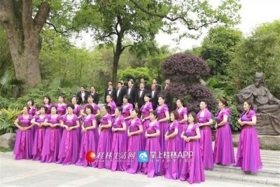他们还自己录制歌曲,把乐队弄得有色有色,这是漓江声乐艺术团进行歌曲《樱花》拍摄