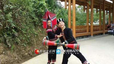 为了写出游桂北民俗风情的原生态歌曲,韦老师还经常出去采风。