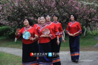 这是漓江声乐艺术团在进行拍摄,这样的形式让成员觉得有趣又有成就感,对歌唱越来越热爱。