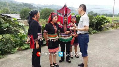 图为韦老师在华江民族采风
