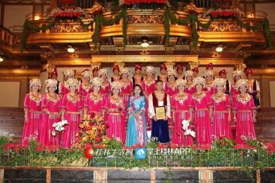 """桂林漓江声乐艺术团,这个由平均年龄50岁左右的音乐爱好者组成的群众艺术团体,先后斩获过多个国际国内大奖。2013年1月18日,它还作为广西首个群众艺术团体受邀登上了维也纳金色大厅,在这个""""世界音乐圣殿""""里演绎桂北风情。图为他们在维也纳金色大厅演出。"""