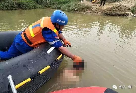 救援队将溺亡孩子打捞上岸