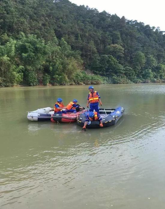 救援队发现溺亡的小孩