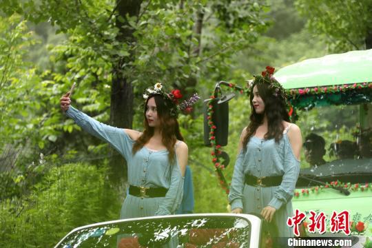 一对参加大巡游的双胞胎即兴自拍。