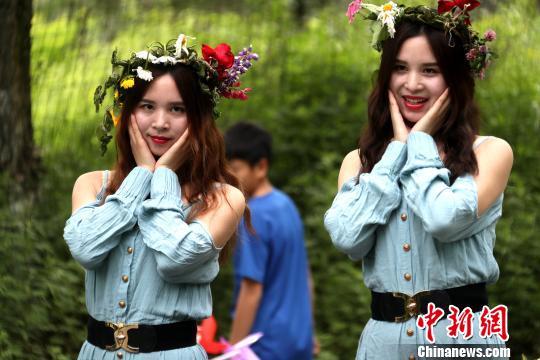 5月27日,河南卢氏豫西大峡谷双胞胎节,来自全国各地的一百余对双胞胎200余人欢聚一堂同框合影留念,一样的装束,一样的脸庞,犹如进入重影世界,看懵观众。