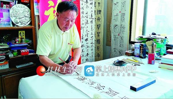 牛!这桂林老人毛笔用烦了改用筷子勺子写字  居然照样获奖!