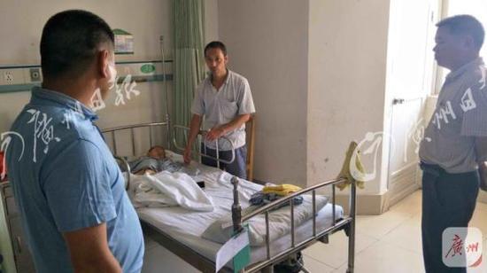 当地村民前往医院看望受伤患童。广州日报全媒体 图