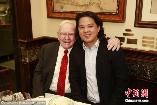 美国东部时间2015年9月8日,巴菲特与朱晔共进午餐。图片来源:中国新闻网
