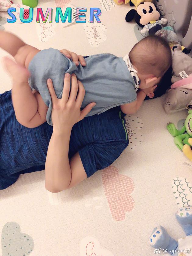 马龙晒与儿子亲吻照