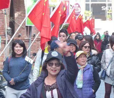 ▲金门老街升起五星红旗,游客拍照留念。(图片来源:台媒)