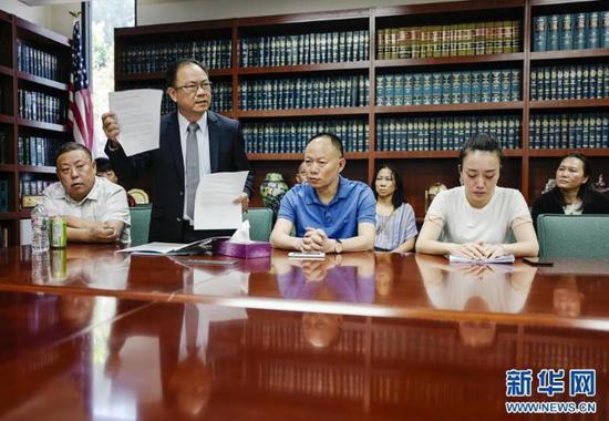 ▲6月8日,江玥父亲和表姐与媒体见面会,左二为邓洪律师 。图据新华网
