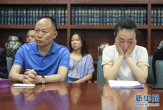 ▲6月8日,美国洛杉矶,江玥父亲和表姐与媒体见面。图据新华网