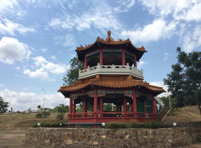 台湾人当年修的小亭子,现在在中国援建的国际会议中心的一个角落里。
