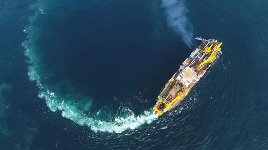 """""""天鲲号""""在海上航行(6月11日摄)。"""