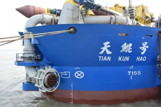 """""""天鲲号""""停泊在江苏启东的船厂码头(6月7日)。"""