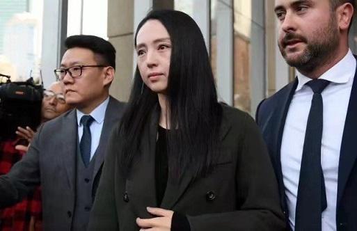 董璇出席庭审