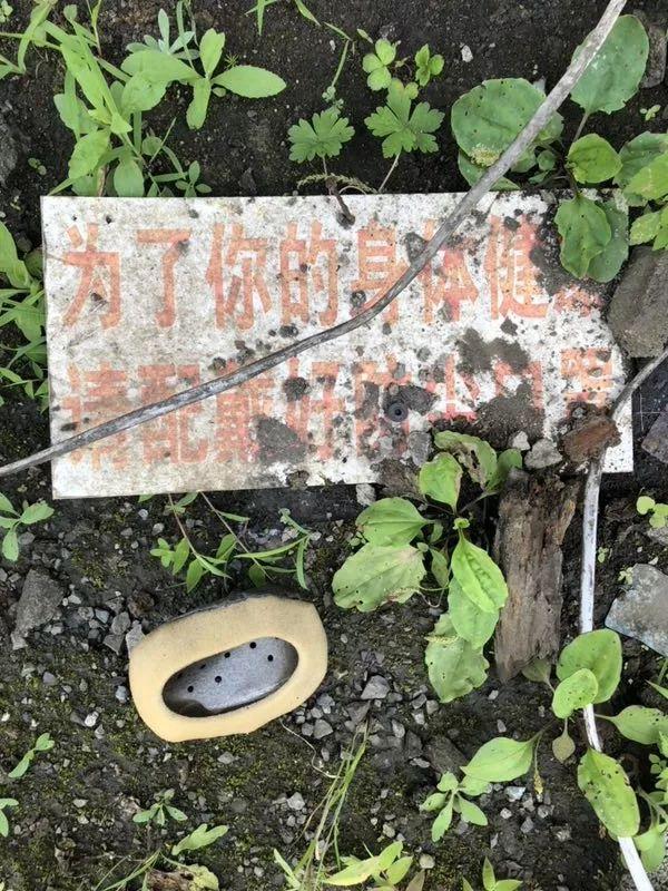 矿工工人的口罩散落在地上。新京报记者 王翀鹏程 摄