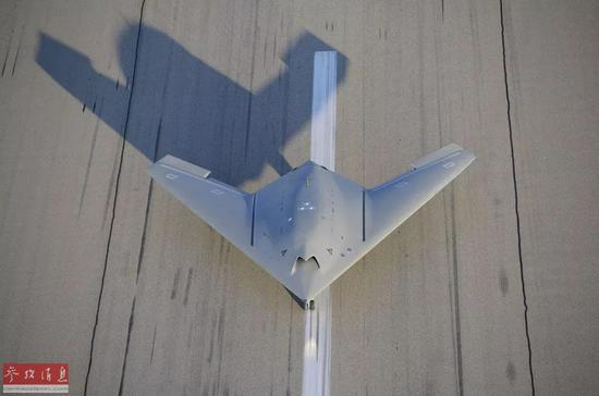 """▲资料图片:一架欧洲""""神经元""""无人机原型机从法国伊斯特尔的机场起飞,进行首次飞行测试。"""