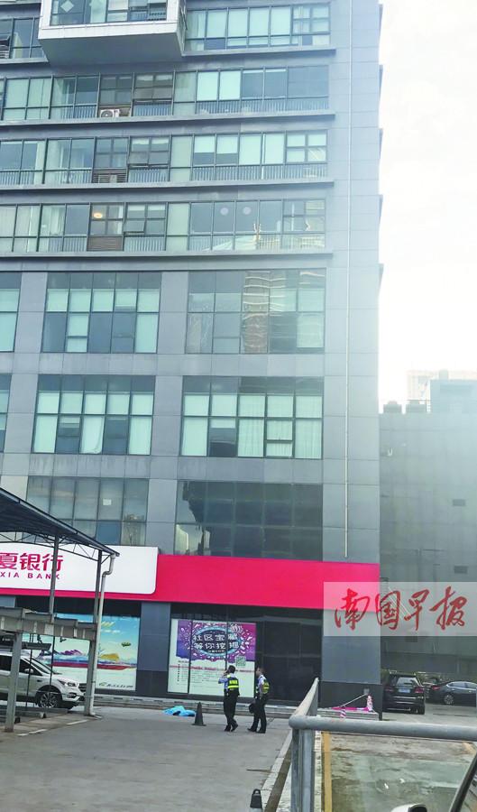 南宁市民族大道一男子莫名从高层写字楼坠亡(图)