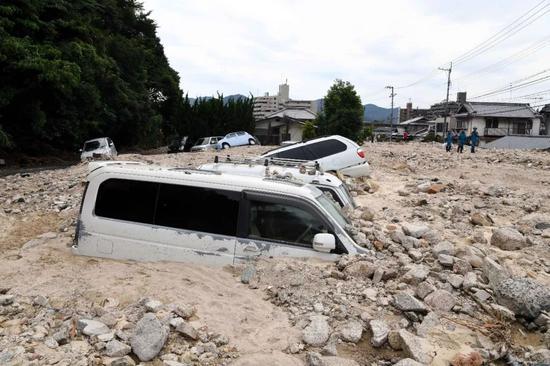 7月11日,在日本广岛吴市天应町地区,道路被泥石流淹没。新华社记者马平摄