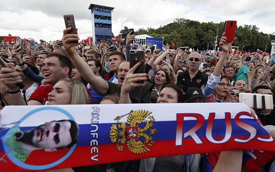 俄罗斯球迷本届赛事亲切友好。 视觉中国 图