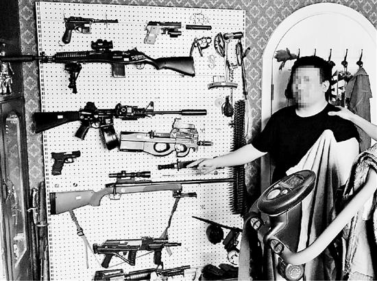 小吴家书房一侧的墙上挂满了各种仿真枪。