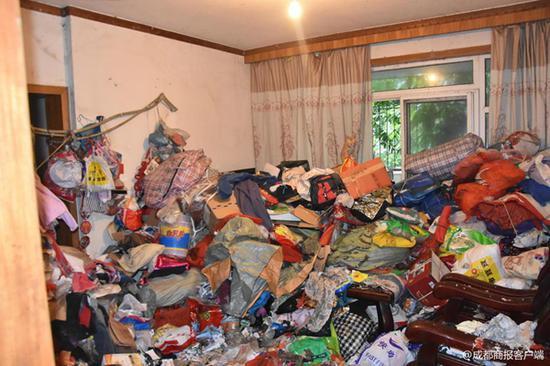 ▲屋内垃圾堆积如山