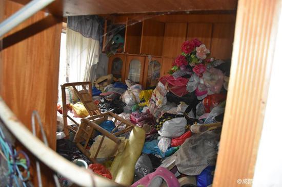 ▲各种垃圾堆积在屋内散发臭味