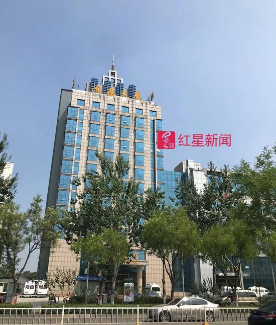 ▲城南医院新址淮鑫大厦外部。2018年1月27日,张毅从左侧9层房间窗户坠落。