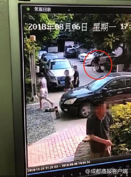 小区业主提供的黑衣男子拖着小黑的视频