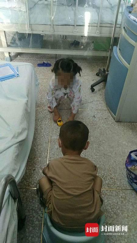 两个孩子在病房里。