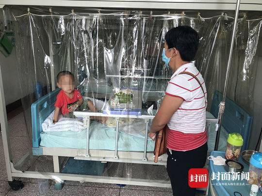 今年7月小成被确诊为急性淋巴细胞白血病。住院后,奶奶在附近租了房给孙子做饭。