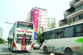太不安全了!班线客车挤占公交站台揽客