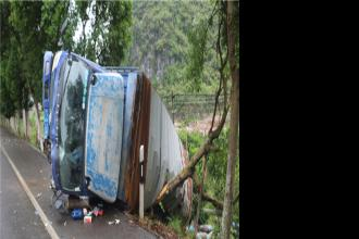 荔浦一货车甩尾连撞两车,自己也侧翻路边!