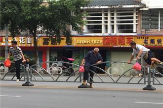 曝光台!这些人为图方便翻护栏过马路