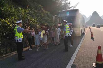 桂林一旅游大巴被困高速公路
