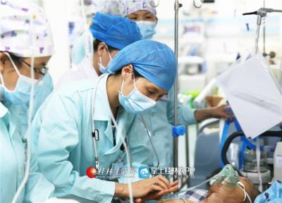 韦妍飞在ICU病房里对一位车祸伤者进行急救。