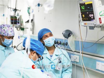 ICU病房里的各种仪器,显示着病人的生命体征。