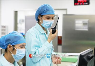 在IC U病房里,韦妍飞拿着对讲机紧急呼叫其他医生赶过来。