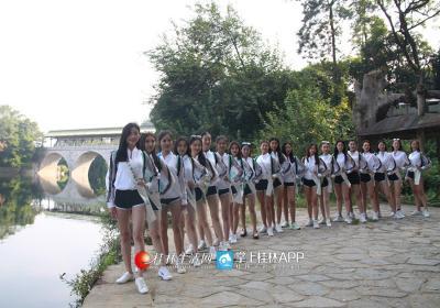 面容娇艳的姑娘出现在桂林的七星景区