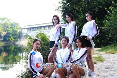 国际小姐们在花桥下拍照