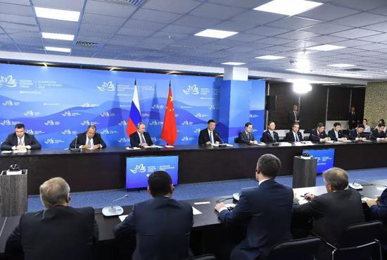 9月11日,国家主席习近平在符拉迪沃斯托克和俄罗斯总统普京共同出席中俄地方领导人对话会。新华社记者 饶爱民摄