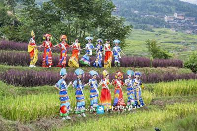 小姐姐们下到田间,还在田间由景而发,唱起了山歌~