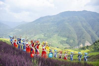 小姐姐们下到田间,还在田间由景而发,唱起了山歌,摆起舞姿~